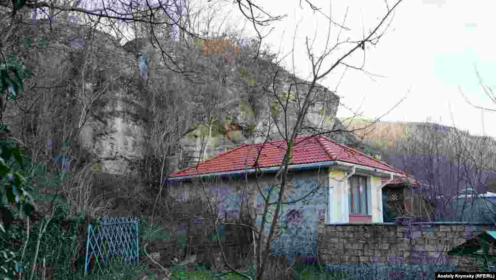 Петровські скелі буквально нависають над задвірками приватного сектора на вулиці Алуштинській
