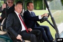 Эммануэль Макрон возит Владимира Путина по версальскому парку. 29 мая 2017 года
