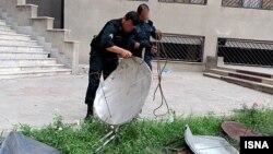 Arxiv foto: İran polisi vətəndaşların istifadə etdikləri peyk antenlərini yığır.