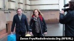 Екс-міністр економіки України Богдан Данилишин, перші хвилини після звільнення з-під варти у Празі (поруч – адвокат Маріна Махіткова), 14 січня 2011 року