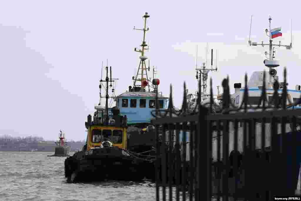 В морском порту стоят суда с колышущимися на мачте триколорами, все еще выкрашенные в желто-голубые цвета.