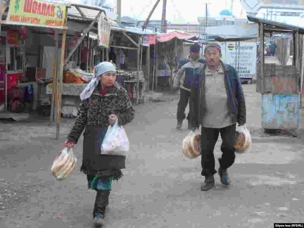 Местные жители предлагают купить хлеб.