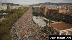 Пятый день протестов в Каталонии. Десятки тысяч в пятницу двинулись к центру Барселоны. 18 октября 2019