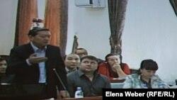 Бывший премьер-министр Серик Ахметов задает уточняющие вопросы свидетелю по делу. Караганда, 28 августа 2015 года.