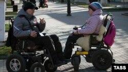 Люди с ограниченными возможностями на прогулке. Саки, февраль 2018 года