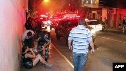 Բրազիլիա, Սանտա Մարիա - Ոստիկանները օգնություն են ցուցաբերում գիշերային ակումբի հրդեհից փրկված կնոջը, 27-ը հունվարի, 2013թ.
