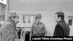 Ласло Токеш під час розмови з солдатами
