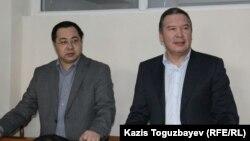 Гражданские активисты Ермек Нарымбаев (слева) и Серикжан Мамбеталин в суде. Алматы, 18 декабря 2015 года.