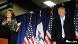 ალასკის ყოფილი გუბერნატორი სარა პეილინი (მარცხნივ) და აშშ-ის საპრეზიდენტო კანდიდატი დონალდ ტრამპი