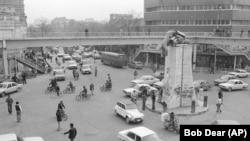 შაჰის დანგრეული ძეგლი თეირანში. 1979 წლის 18 იანვარი.