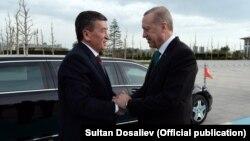 Президент Турции Реджеп Тайип Эрдоган встречает прибывшего с визитом в Анкару президента Кыргызстана Сооронбая Жээнбекова. 9 апреля 2018 года.