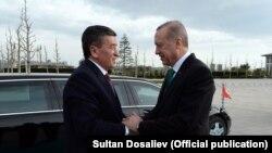 Түркия президенті Ердоған Қырғызстан президенті Жээнбековті қарсы алған сәт. Анкара. 9 сәуір 2018 жыл.