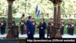 Тажикстан (солдо) менен Өзбекстандын (оңдо) президенттери. 17-август, 2018-жыл.