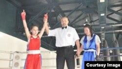Нуржамила Батырбеккызы (слева) после поединка на чемпионате Монголии.