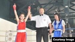 Нұржәмила Батырбекқызы (сол жақта) Моңғолия чемпионатында жеңіске жеткен сәт (Сурет спортшының Facebook-парақшасынан алынды)