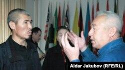 Председатель Союза журналистов Казахстана Сейтказы Матаев (справа) говорит с Талгатом Рыскулбековым (слева), зачинщиком срыва пресс-конференции лидеров казахской оппозиции. Алматы, 27 октября 2010 года.