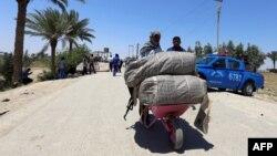 گروهی از مردم رمادی در حال فرار از شهر