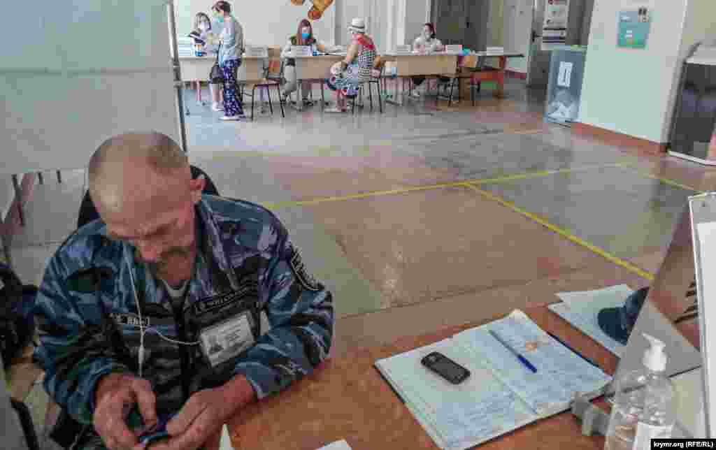 Охоронець приватного підприємства під час голосування розбирався зі своїм телефоном. Члени виборчої комісії з розумінням поставилися до фотографування на смартфон усередині приміщення. «Вам це для звітності потрібно?» – уточнила одна з членів комісії. За словами деяких сімферопольців, працівників бюджетних організацій, їхні керівники вимагали обов'язкову фотофіксацію особистої участі в голосуванні