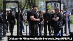 Попасть на Куликово поле в Одессе, где расположен Дом профсоюзов, можно только через рамки металлоискателей, 2 мая 2017 года