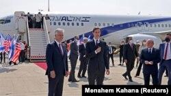 Зять и старший советник президента США Джаред Кушнер выступает перед вылетом первого рейса из Израиля в ОАЕ после заключения сделки по нормализации отношений. Тель-Авив, 31 августа 2020 года.