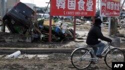 Ճապոնիա - Կրկնակի աղետից տուժած բնակավայրերից մեկի փողոցներում, 13-ը մարտի, 2011թ.