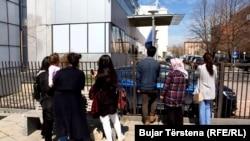 Familjarët e të deportuarve duke pritur para ndërtesës së Qeverisë së Kosovës