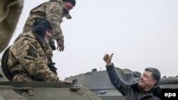 Petro Poroshenko şərqi Ukraynadakı hərbçiləri salamlayır