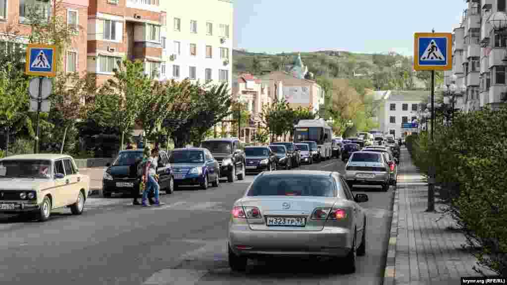 Заради репетиції були перекриті основні дороги в центральній частині міста, включаючи ті, за якими їде транзитний транспорт із Керченської переправи. В результаті місто стало в заторах.