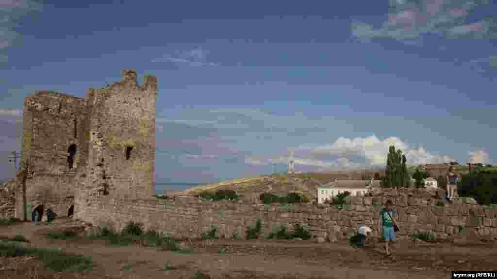 Отсюда открывается вид на Генуэзскую крепость