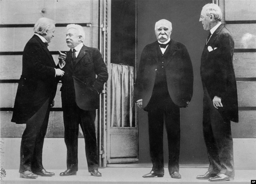 Лидеры стран-союзников во время встречи в Версале по мирному договору, который официально положил конец Первой мировой войне. Слева направо: премьер-министр Британии Дэвид Ллойд Джордж, премьер-министр Италии Витторио Орландо, премьер-министр Франции Жорж Клемансо и президент США Вудро Вильсон.