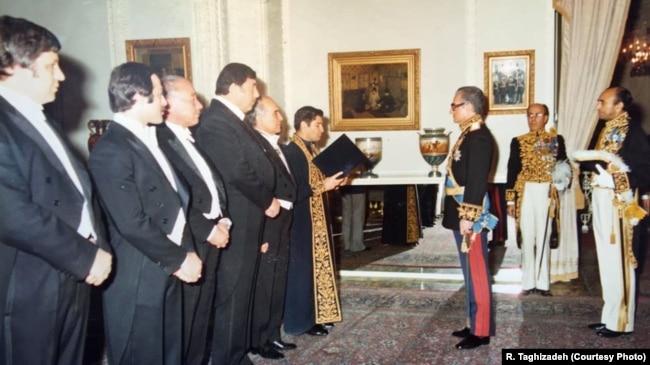 با اعضای هیئت رئیسه انجمن شهر تهران در دیدار با شاه