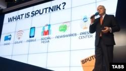 Дзьмітры Кісялёў расказвае пра праект Sputnik на прэзэнтацыі ў лістападзе