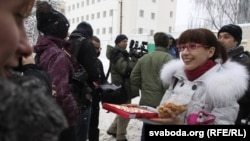 Минск. Из тюрьмы на улице Окрестина начали выпускать участников акции 19 декабря 2010 г