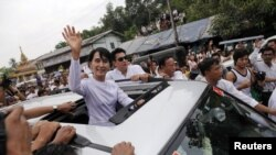 Բիրմա -- Աուն Սան Սու Չին ողջունում է աջակիցներին, Յանգոն, 2-ը ապրիլի, 2012թ․
