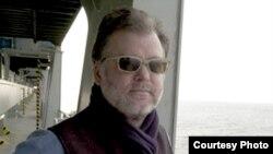 راب لانگ از فیلمنامهنویسان سریال پربیننده و کمدی تلویزیونی چیرز در دهه هشتاد