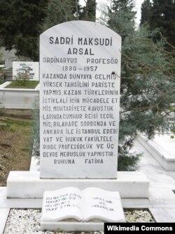 Истанбулның Зинҗирликую зиратында Садри Максуди кабере