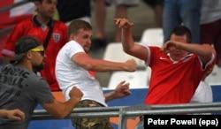 Російські футбольні фани у сутичці з англійськими на стадіоні у Марселі, 11 червня 2016 року