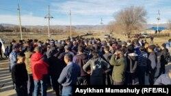 Қамалғандарды босатуды талап етіп тұрған тұрғындар. Жамбыл облысы, Масанчи ауылы. 8 ақпан 2020 жыл.