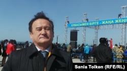 """Нұрсұлтан Назарбаевтың кандидатурасын қолдау акциясына келген """"Ақ жол"""" партиясы төрағасының орынбасары Қазыбек Иса. Ақтау, 7 сәуір 2015 жыл."""