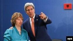 جان کری، وزیر امور خارجه آمریکا، و کاترین اشتون، نماینده گروه پنج به علاوه یک در مذاکرات هستهای با ایران.