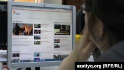 Пользователь читает в Казахстане заблокированный сайт Азаттык. 24 мая 2016 года.
