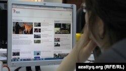 Азаттық сайтын блокты бұзып оқып отырған интернет қолданушы. Алматы, 24 мамыр 2016 жыл.