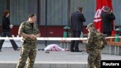 """Сотрудники милиции на месте взрыва у концертного зала """"Ставрополь""""."""