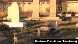 Зруйнований надгробний камінь на мусульманському кладовищі в Багерово, Крим