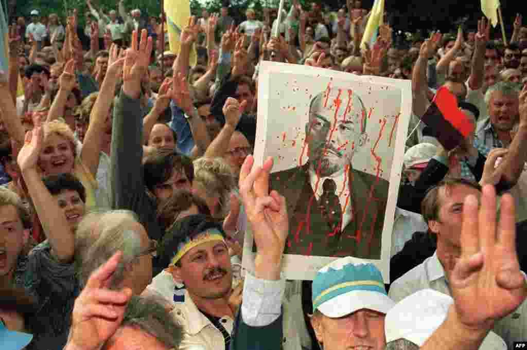 Наступного дня після проголошення незалежності України біля будівлі ЦК Компартії України в Києві відбулася масова акція національних сил, 25 серпня 1991 року
