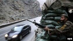 Співробітник сил безпеки Афганістану стоїть на варті біля дороги, що веде до Кабула (фото архівне)