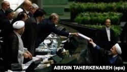 حسن روحانی رئیس جمهور هنگام تقدیم لایحه بودجه ۹۸