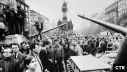 Բողոքի ցույց Չեխոսլովակիայում սովետական բանակի ներխուժման դեմ, Վացլավի հրապարակ, Պրահա, 21 օգոստոսի, 1968թ.