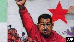 Портрет Уго Чавеса на городской стене в Каракасе