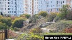 С одной стороны к Стрелецкому форту подступают многоквартирные дома, с другой – частные